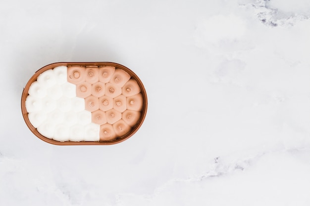Mischeis in der plastikschüssel auf marmoroberfläche