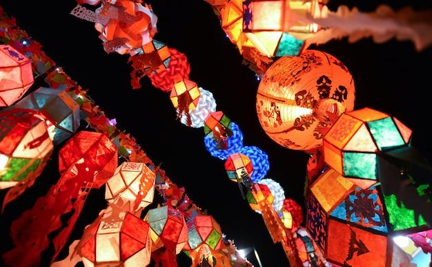 Mischen sie bunte chinesische art der papierlampe des neuen jahres.