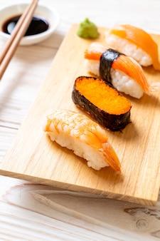 Mischen sie das sushi-set mit sojasauce