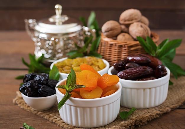 Mischen sie getrocknete früchte (dattelpalmenfrüchte, pflaumen, getrocknete aprikosen, rosinen) und nüsse. ramadan (ramazan) essen.