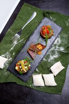 Mischen sie kalte vorspeisen mangal salat walnüsse kuku grünen salat brötchen draufsicht