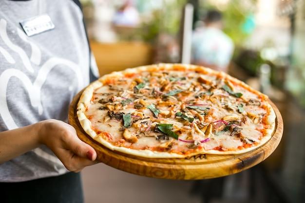 Mischen sie pizza huhn pilz pepperbasil käse zwiebel seitenansicht
