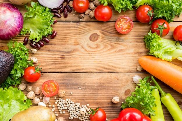Mischen sie salat und gesund. frisches bio-gemüse zum kochen von diätkost.