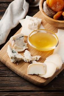 Mischen sie verschiedene käsesorten mit honig