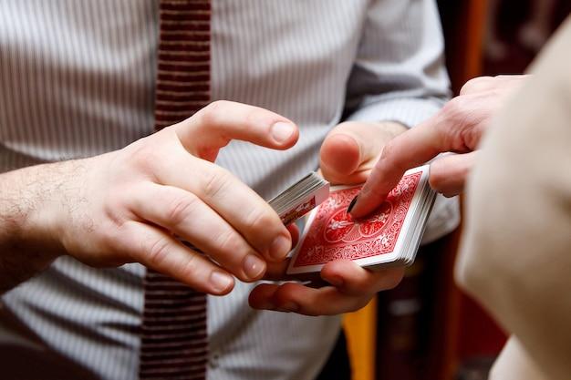 Mischen von spielkarten in händen.