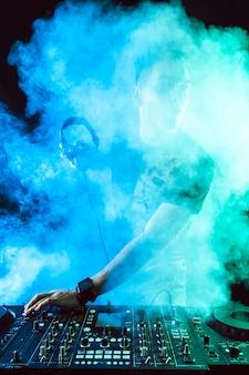Mischende musik dj auf mischer auf dunkelheit