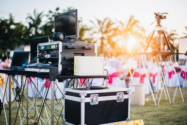 Mischender entzerrer dj an im freien im musik-partyfestival mit partyabendtisch
