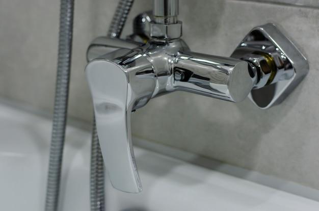 Mischer kaltes heißes wasser. modernes bad mit wasserhahn. küchen-wasserhahn. verchromtes metall.