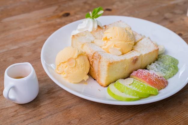 Mischfrucht und honey toast mit eiscreme
