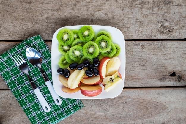 Mischfrüchte mit äpfeln und kiwi und gesunden trauben