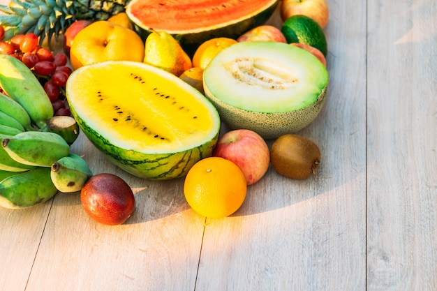 Mischfrüchte mit apfelbananenorange und anderem