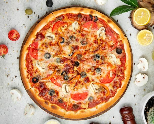 Mischpizza mit geschnittener zitrone