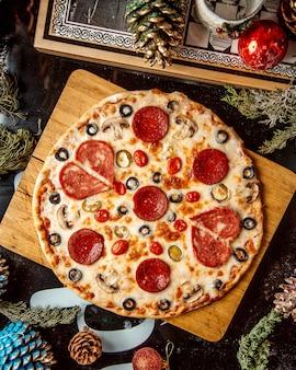 Mischpizza mit wurstoliven und -tomate