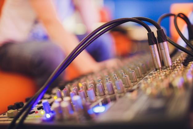 Mischpult für tonproduzenten. musik. klang. sound controller. fernbedienung des direktors.