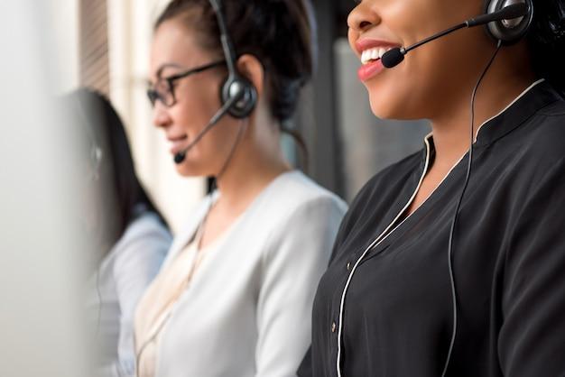 Mischrassefrauenteam, das im call-center arbeitet