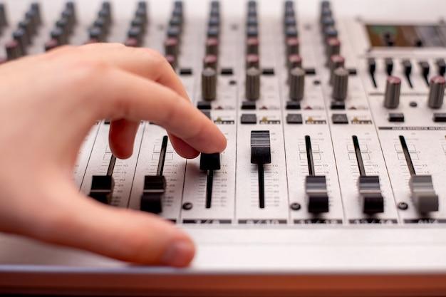 Mischtechnik tonstudio toningenieur. musiker. studioausrüstung. der bediener zeichnet das lied auf. instrument zur sprachaufnahme
