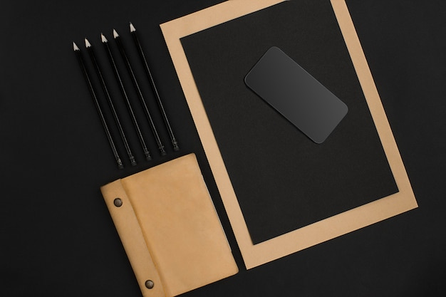 Mischung aus büromaterial auf einem modernen schreibtisch. objekt auf einem schwarzen hintergrund. draufsicht. stillleben. speicherplatz kopieren