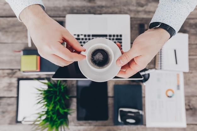 Mischung aus büromaterial und gadgets auf einem hölzernen schreibtisch