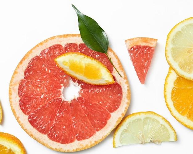 Mischung aus frisch geschnittenen orangen und grapefruits auf weißer oberfläche