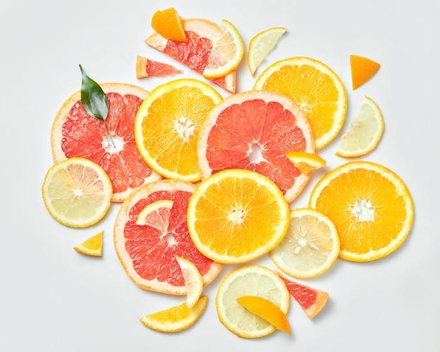 Mischung aus frisch geschnittenen orangen, zitronen und grapefruits auf weißer oberfläche