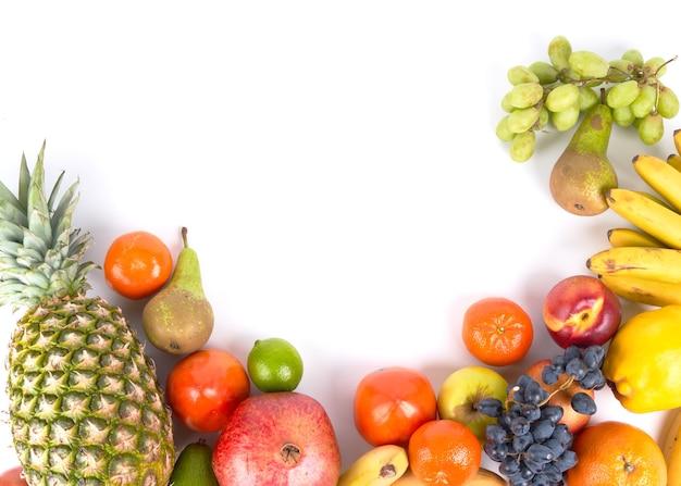 Mischung aus frischen saftigen bunten exotischen tropischen früchten auf draufsicht des weißen hintergrundes mit kopienraum