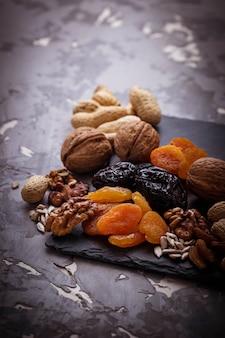 Mischung aus getrockneten früchten, nüssen und samen