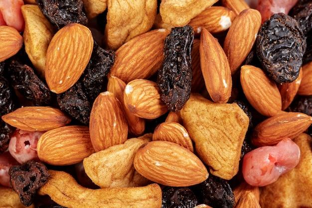 Mischung aus getrockneten früchten und nüssen als