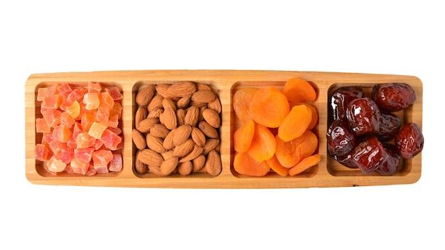 Mischung aus getrockneten früchten und nüssen. aprikose, rosine, cranberry, dattelfrucht.