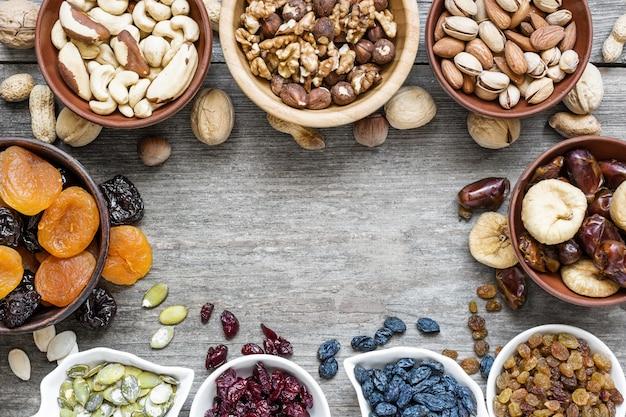 Mischung aus getrockneten früchten und nüssen auf rustikalem holzhintergrund