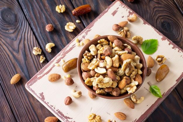 Mischung aus getrockneten früchten und nüssen in einer schüssel