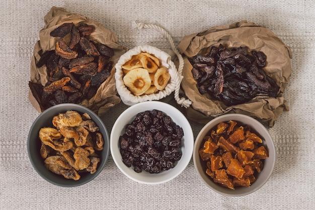 Mischung aus getrockneten früchten. verschiedene getrocknete früchte. diätetische ernährung. natürliche und gesunde snacks.