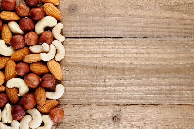 Mischung aus haselnüssen, mandeln und cashewnüssen auf holz