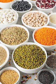 Mischung aus hülsenfrüchten, kichererbsen, linsen, bohnen, erbsen, quinoa, sesam, chia, leinsamen in schalen