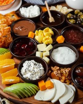 Mischung aus marmelade, sahne und früchten