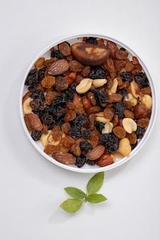 Mischung aus nüssen mit getrockneten früchten, erdnüssen, paranüssen, cashewnüssen, mandeln, schwarzen rosinen und weißen rosinen
