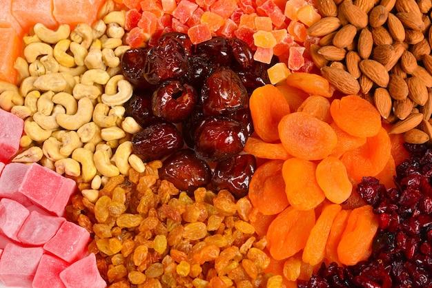 Mischung aus nüssen und getrockneten früchten und süßen türkischen köstlichkeiten