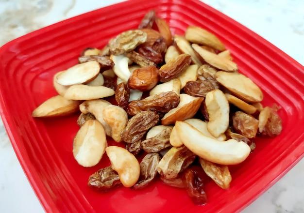 Mischung aus nüssen und trockenfrüchten. goldpistazien, cashewnüsse, rosinen, mandeln. lebensmittel hintergrund.