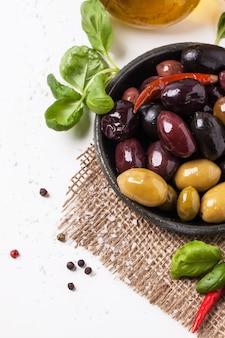 Mischung aus oliven und chili