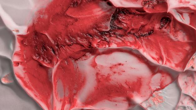 Mischung aus roter farbe auf weißer creme