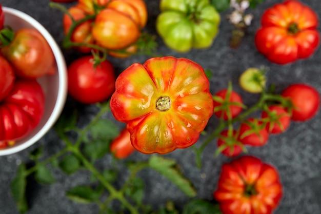 Mischung aus tomaten und blättern