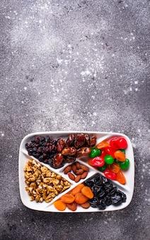 Mischung aus trockenfrüchten und nüssen in der platte