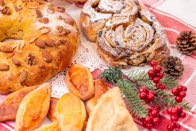 Mischung aus typischem und traditionellem weihnachtsgebäck und kuchen der portugiesischen küche und gastronomie.
