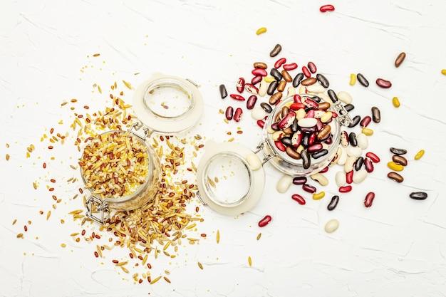 Mischung aus verschiedenen getreidearten und bohnen in gläsern