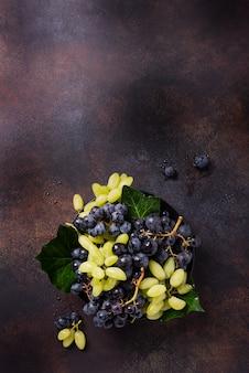 Mischung aus weißen und schwarzen trauben
