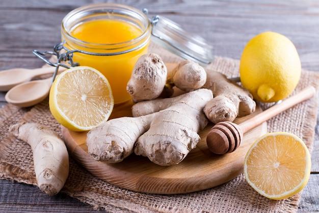 Mischung aus zitrone, ingwer und honig