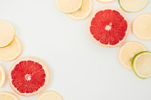 Mischung von frischen und organischen zitrusfrüchten auf tabelle