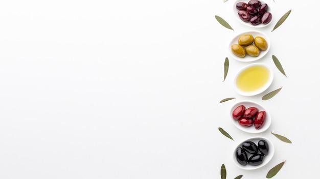 Mischung von schwarzen roten grünen purpurroten oliven und von öl mit kopienraum