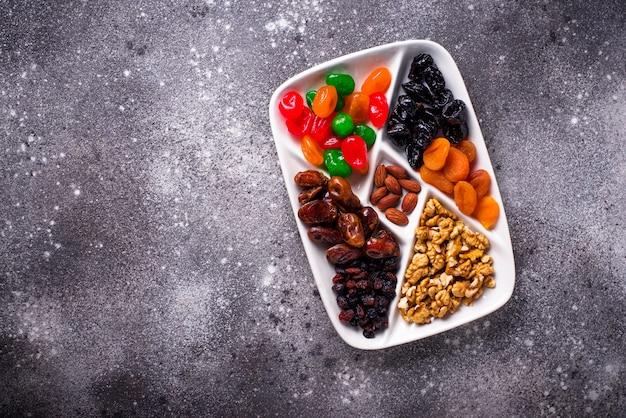 Mischung von trockenfrüchten und von nüssen in der platte