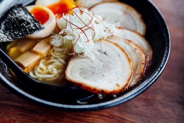 Miso chashu ramen: japanische nudel in miso-suppe mit chashu-schweinefleisch, gekochtem ei, trockenem algen