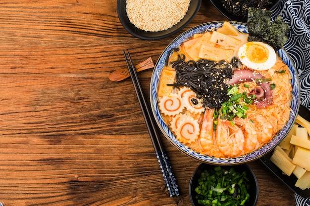Miso ramen asiatische nudeln mit< gebratene nudeln mit tintenfischsauce